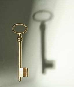 Schlüsssel in gold mit Schatten zum Thema Mentales Training